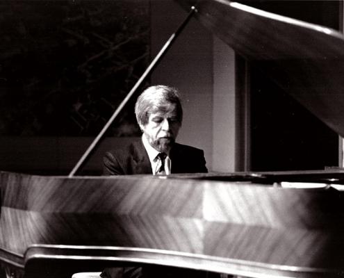 Théodore Paraskivesco au piano